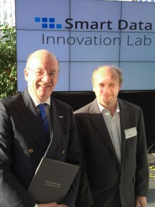 Prof. Dr. Wolfgang Wahlster, DFKI, Prof. Dr. Paul Lukowicz, DFKI, mit Gründungsurkunde Smart Data Innovation Lab, Karlsruhe, 08.01.2014, Fotonachweis: DFKI