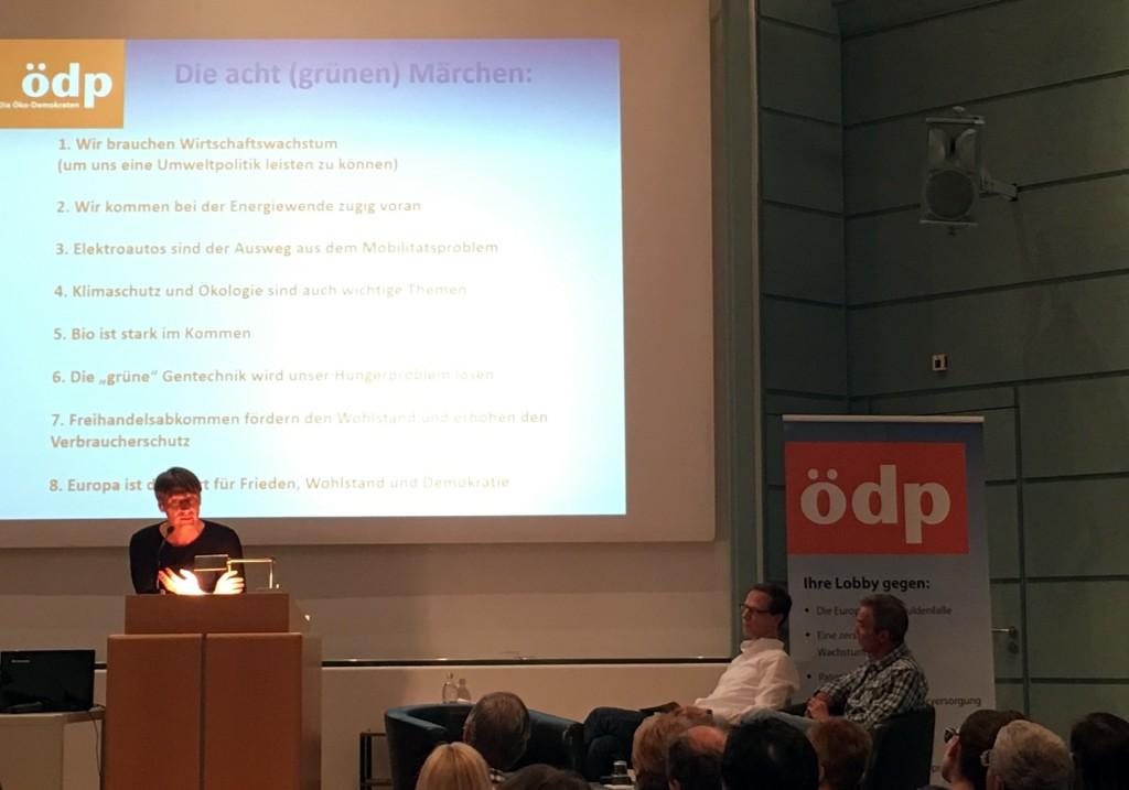 ÖDP München Vorstand Thomas Prudlo, Vize-Vorstand Klaus von Birgelen und Schauspieler Hannes Jaenicke bei Podiumsdiskussion der ÖDP in München