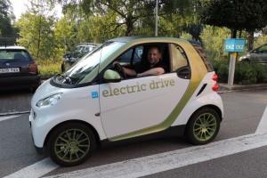 Gerhard Tikovsky im Elektro-Smart, einem Firmenfahrzeug des Energieversorgers EWZ beim Weltrekord-Versuch in Zürich am 6.Juli 2013