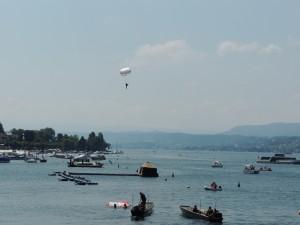 Fallschirmspringer während des Weltrekord-Versuch in Zürich am 6.Juli 2013