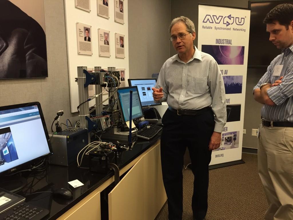 Projektleiter Dan Sexton am Versuchsaufbau von GE Global Research zur Synchronisation räumlich getrennter, beweglicher Aufbauten