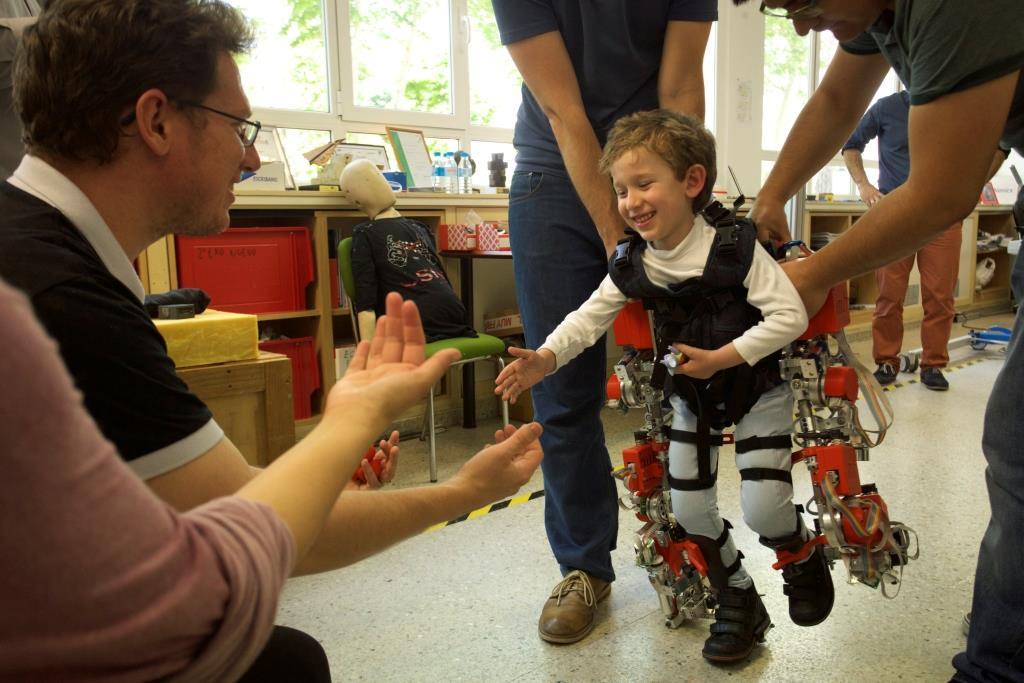 Fachartikel - Was Automation und Robotik international antreibt - Exoskelett für Kinder